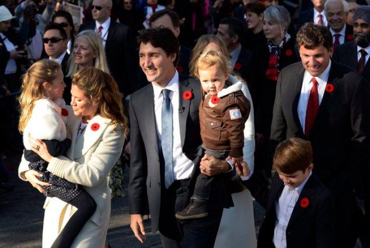 O novo Primeiro Ministro Canadense Justin Trudeau e sua família usando a poppy vermelha, simbolo do Remembrance Day